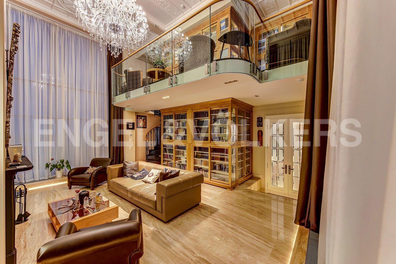 Элитные квартиры в Центральном районе. Санкт-Петербург, Кирочная ул., д.64. Гостиный зал с 6-метровым потолком