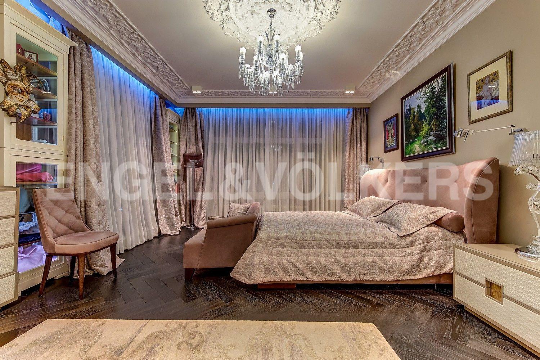 Элитные квартиры в Центральном районе. Санкт-Петербург, Кирочная ул., д.64. Мастер-спальня с панорамным остеклением