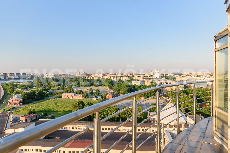 Элитные квартиры в Центральном районе. Санкт-Петербург, Воскресенская наб., 4. Опоясывающие фасад балконы