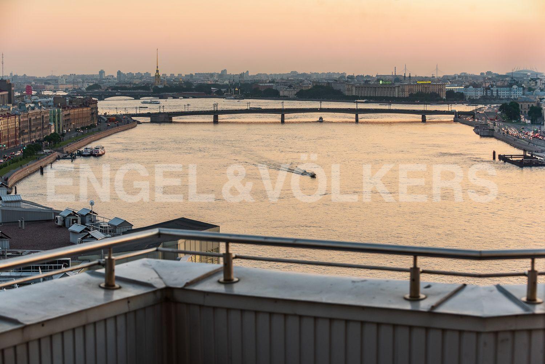 Вид с террасы в сторону акватории Невы и Петропавловской крепости