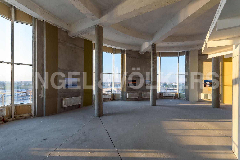 Высота потолков более 5 м