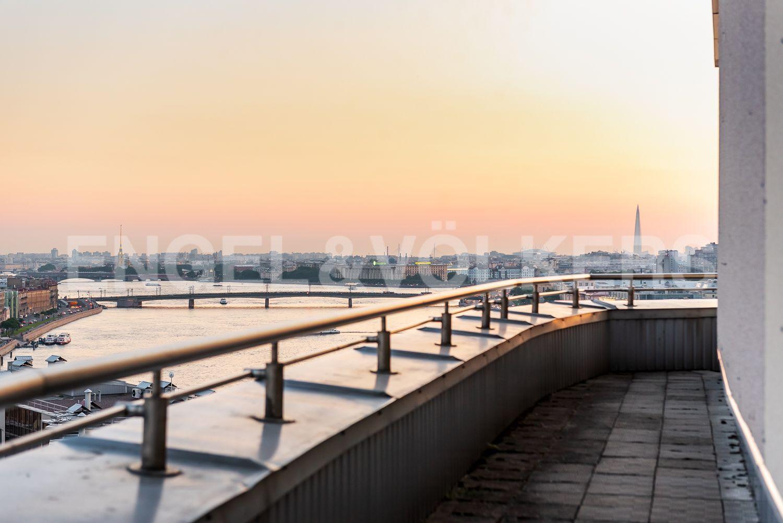 Элитные квартиры в Центральном районе. Санкт-Петербург, Воскресенская наб., 4. Видовые террасы вдоль фасада пентхауса