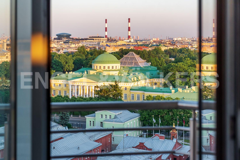 Элитные квартиры в Центральном районе. Санкт-Петербург, Воскресенская наб., 4. Вид из окон на Таврический сад и одноименный дворец