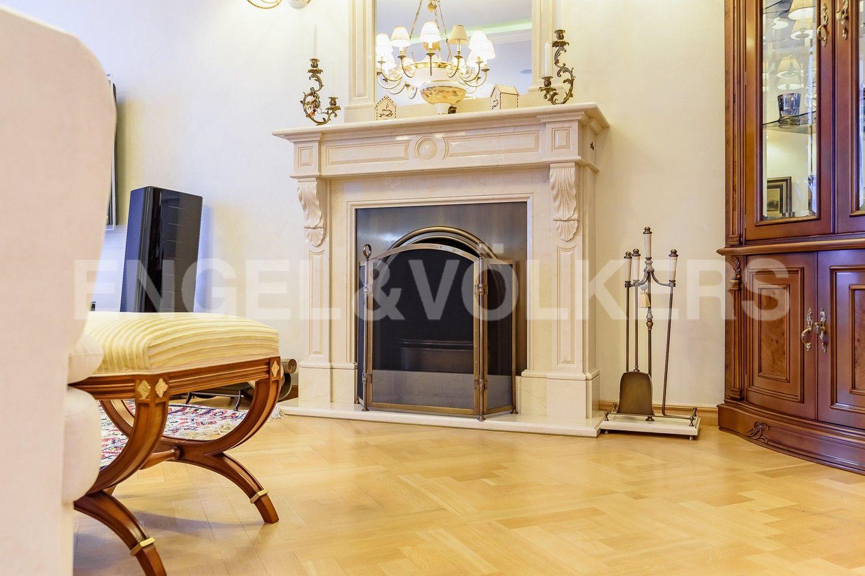 Элитные квартиры в Петроградском районе. Санкт-Петербург, Песочная наб. 12. Действующий дровяной камин в гостиной