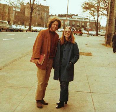 Билл Клинтон ходил в обычную американскую школу в штате Арканзас. Был отличником, играл на саксофоне в школьном джаз-бэнде. Его будущая супруга Хиллари Клинтон (Родэм) училась в Чикаго. Была также любимицей учителей, занималась плаванием и баскетболом