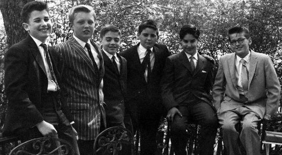 Дональд Трамп (второй слева) начинал учиться в нью-йоркской школе Кью-Форест, которую он покинул из-за плохого поведения в 13 лет. Родители отправили сына на перевоспитание в нью-йоркскую Военную академию
