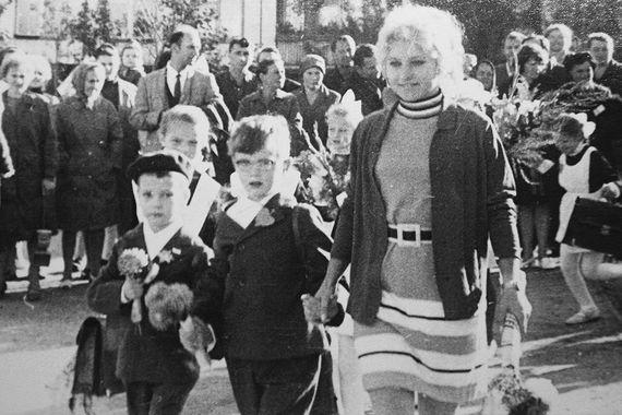 Премьер-министр Дмитрий Медведев (слева идет в первый класс) закончил обычную среднюю школу №305 в Ленинграде. По словам одной из учительниц, будущий президент учился прилежно