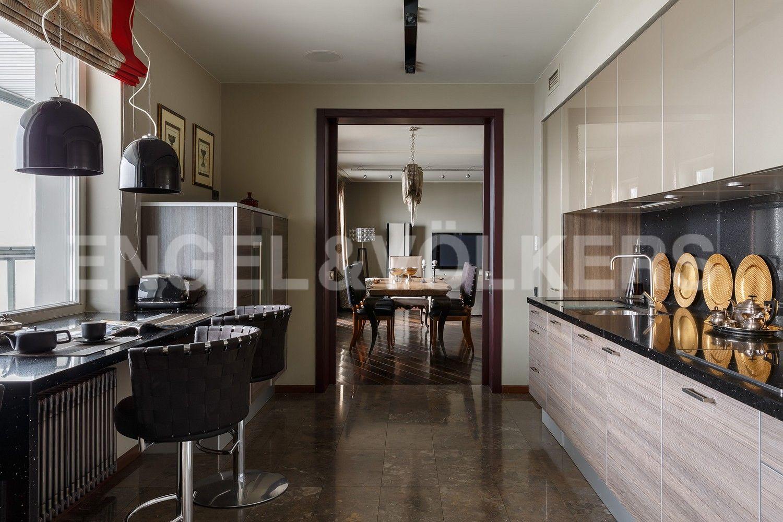 Элитные квартиры в Центральном районе. Санкт-Петербург, Шпалерная, 60. Кухня с выходом к столовой зоне и гостиной