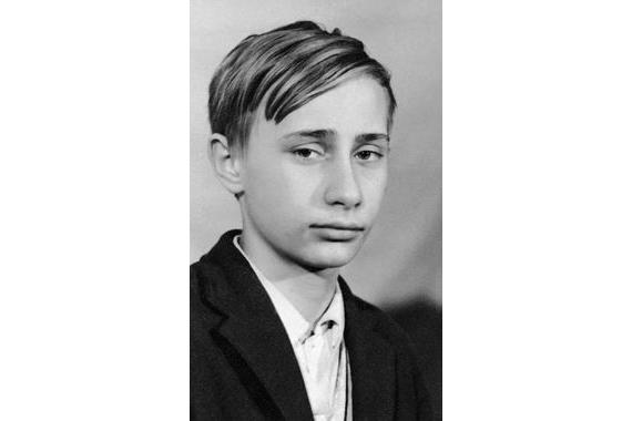 Владимир Путин начинал учиться в ленинградской школе-восьмилетке №193. По воспоминаниям президента, до шестого класса он был троечником и хулиганом. Но затем начал учиться хорошо и занялся спортом. После восьмого класса поступил в среднюю школу №281 (спецшкола с химическим уклоном на базе технологического института). Именно в школе у Путина появилось желание стать разведчиком