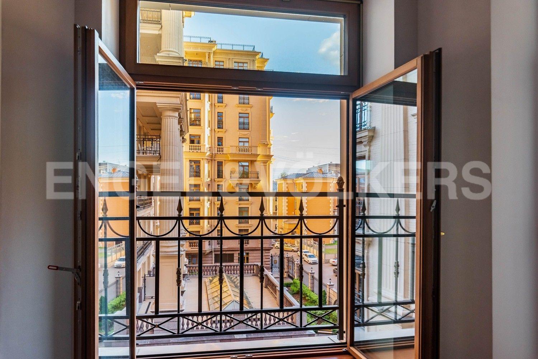 Элитные квартиры в Центральном районе. Санкт-Петербург, наб. реки Фонтанки, 76, корп. 2. Гостиная вид из окна