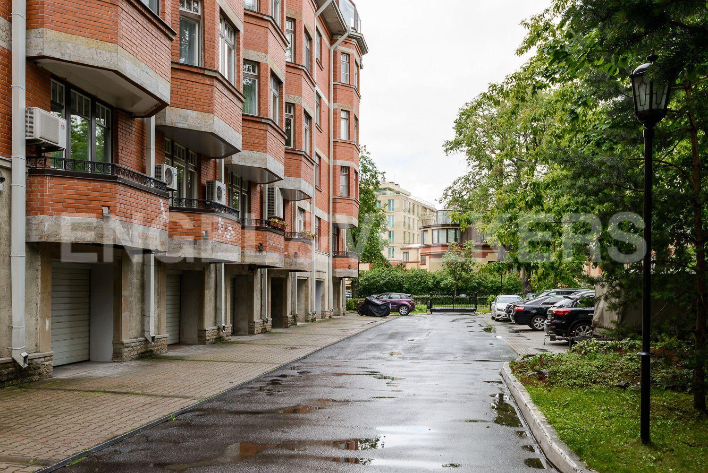 Элитные квартиры на . Санкт-Петербург, пр. Динамо, 22. Отапливаемый гараж в цокольном этаже дома