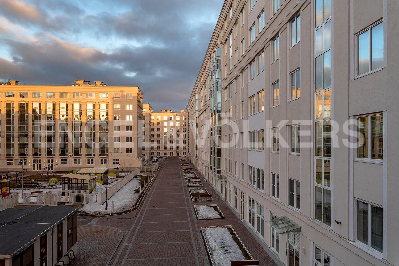 Элитные квартиры в Центральном районе. Санкт-Петербург, Смольный пр., 17. Вид на внутреннюю территорию комплекса