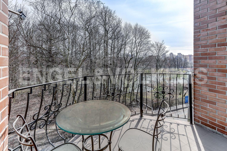 Элитные квартиры в Приморском районе. Санкт-Петербург, Главная улица, 31 корпус 1. - Терраса с видом на Графский пруд (мансарда)
