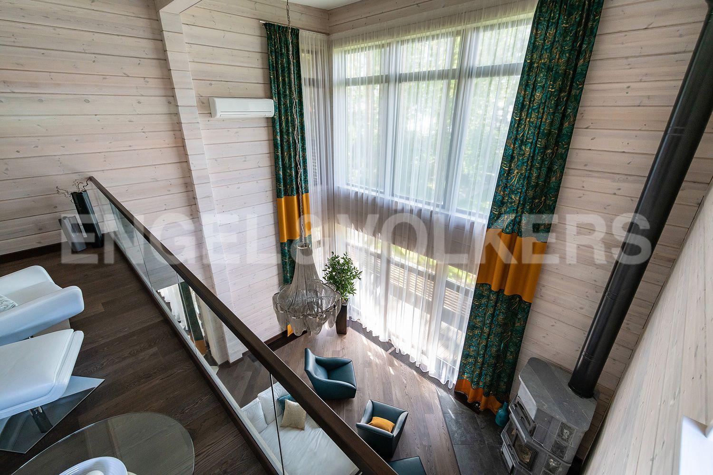 Вид со 2 этажа на гостиную