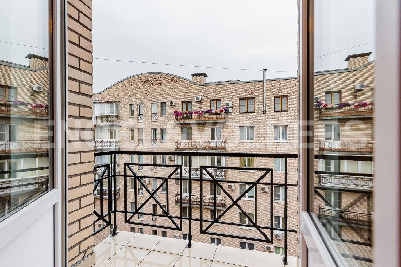 Элитные квартиры в Петроградском районе. Санкт-Петербург, Профессора Попова, 27. Балкон во внутренний двор