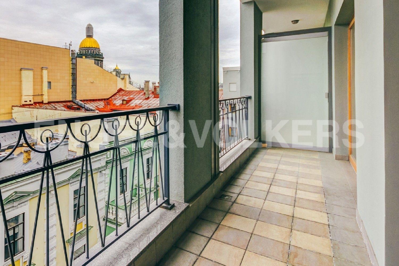 Элитные квартиры в Центральном районе. Санкт-Петербург, Конногвардейский бульвар, д.5. Балкон с видом на купол Исаакиевского собора