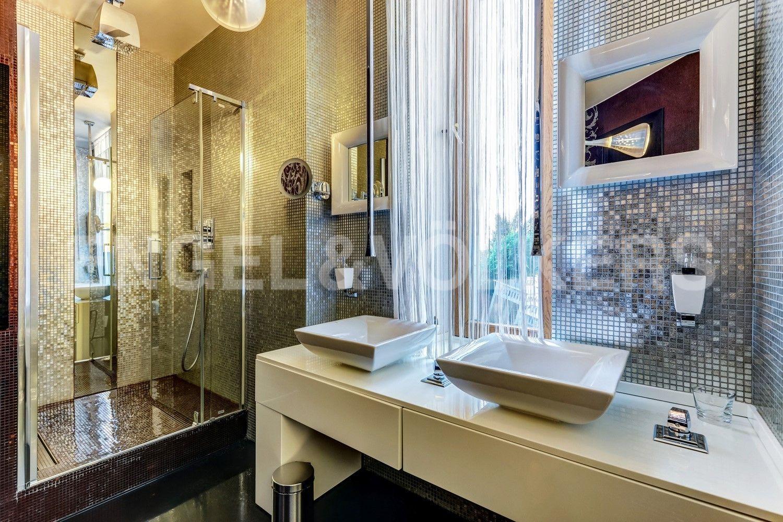 Элитные квартиры на . Санкт-Петербург, наб. Мартынова, 62. Ванная комната с окном