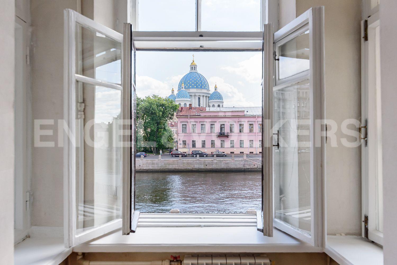Элитные квартиры в Центральном районе. Санкт-Петербург, Наб. реки Фонтанки, 135А. Прямой вид из эркера спальни
