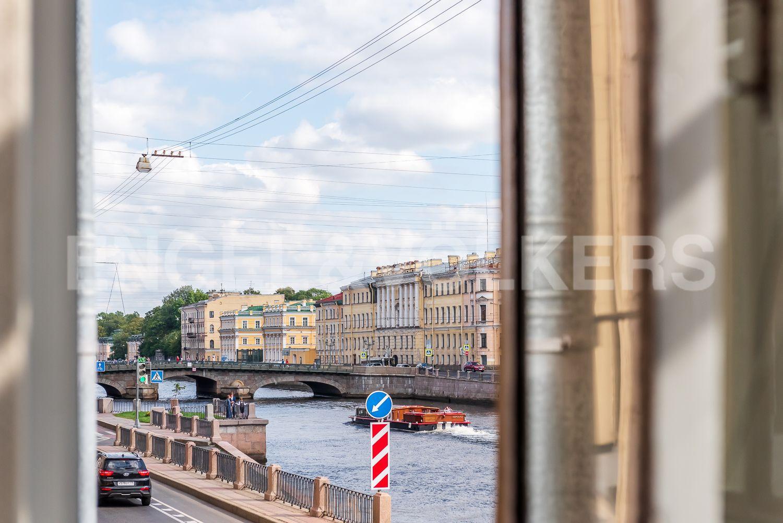 Элитные квартиры в Центральном районе. Санкт-Петербург, Наб. реки Фонтанки, 135А. Вид из эркера в сторону Измайловского моста и одноименного сада