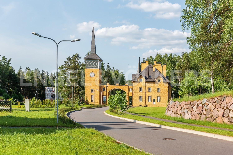 Административное здание в поселке. Пост охраны