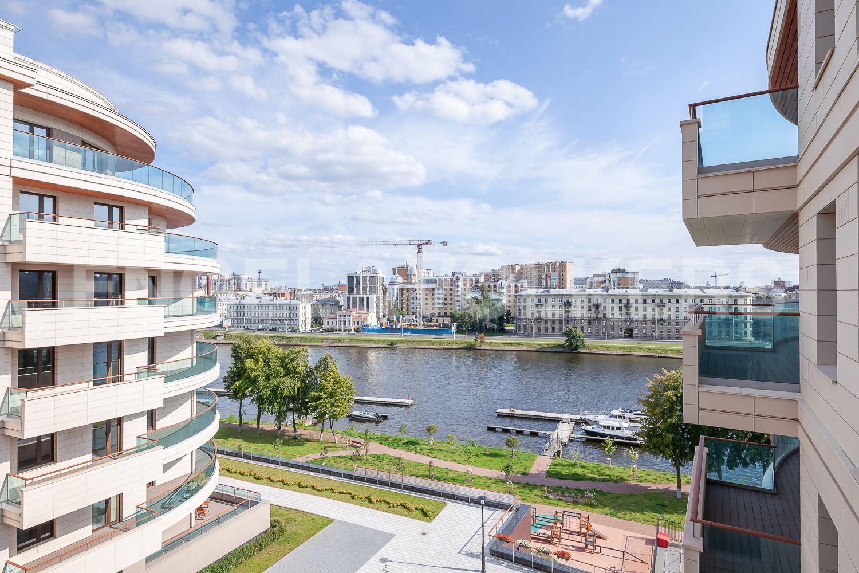 Элитные квартиры на . Санкт-Петербург, Вязовая ул, 8. 16_Вид с балкона внутрь двора