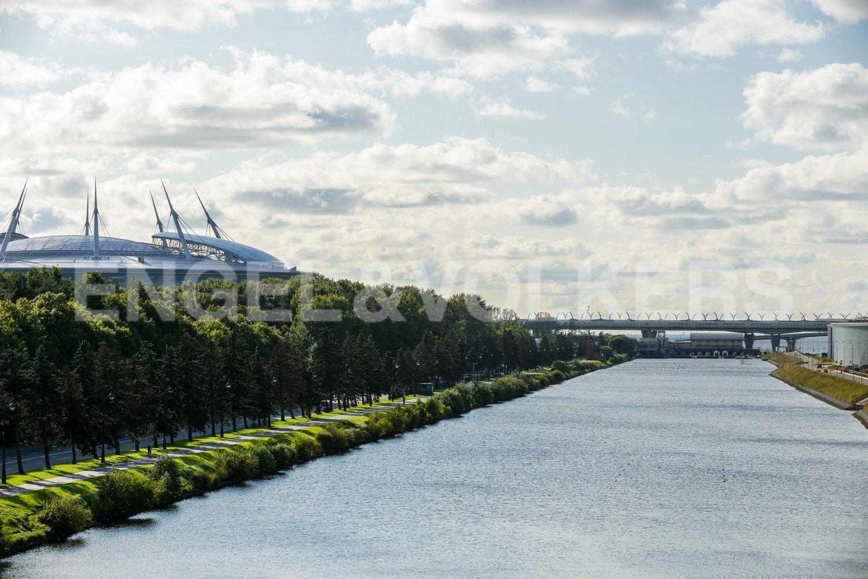 Элитные квартиры на . Санкт-Петербург, наб. Мартынова, 74Б. Выход в сторону Гребного канала