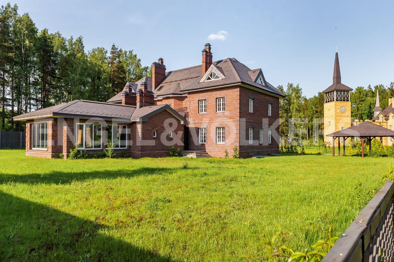 Вид на дом со стороны бассейна