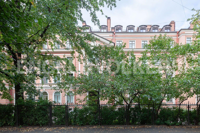 Элитные квартиры в Центральном районе. Санкт-Петербург, ул. Очаковская, 6. Фасад дома в окружении зелени