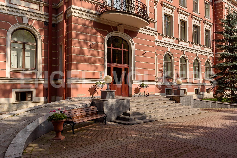Элитные квартиры в Центральном районе. Санкт-Петербург, ул. Очаковская, 6. Парадный вход