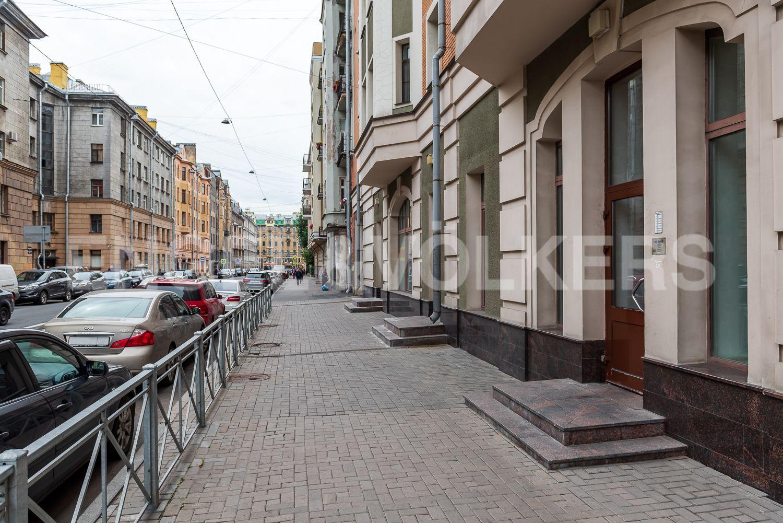 Парадный вход с Исполкомской улицы в сторону Невского проспекта