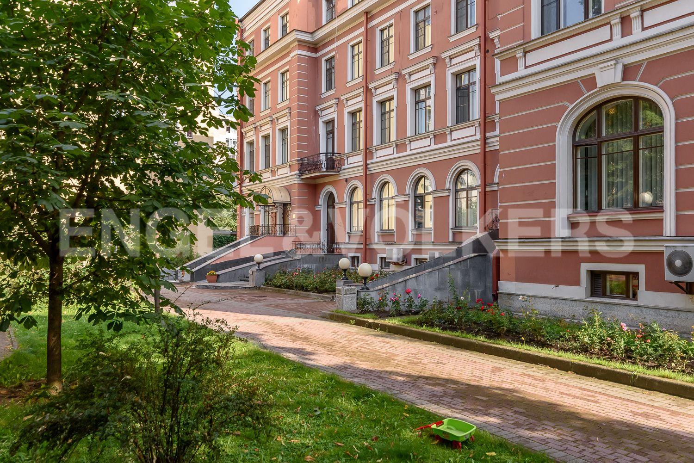 Элитные квартиры в Центральном районе. Санкт-Петербург, ул. Очаковская, 6. Придомовая территория