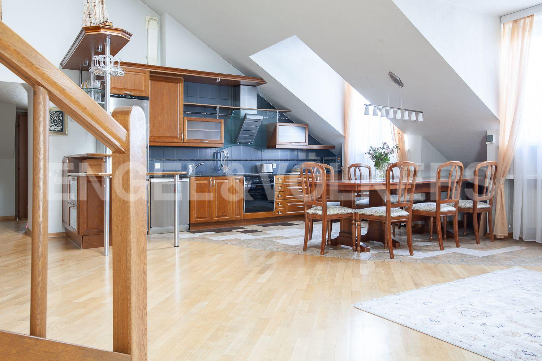 Столовая зона со встроенной кухней