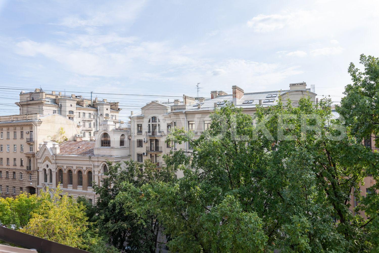 Элитные квартиры в Центральном районе. Санкт-Петербург, ул. Очаковская, 6. Вид из окон на зелень придомовой территории