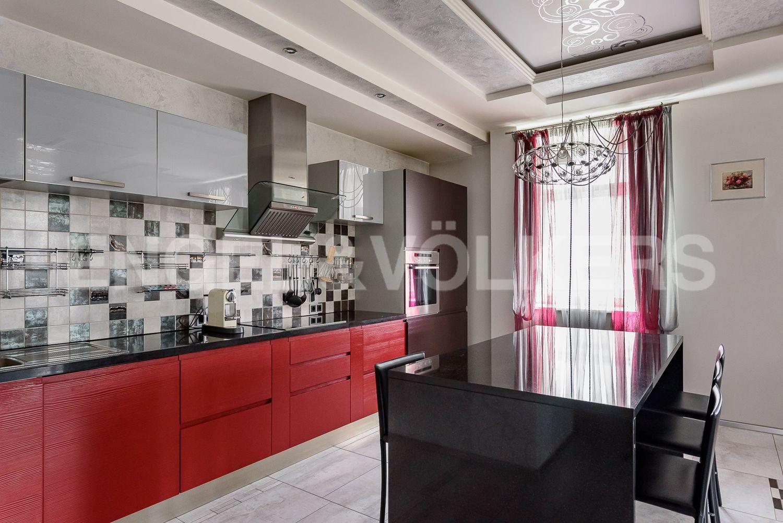 Встроенная кухня в гостиной