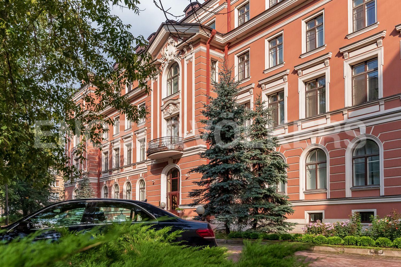 Элитные квартиры в Центральном районе. Санкт-Петербург, ул. Очаковская, 6. Зеленые насаждения на собственной придомовой территории