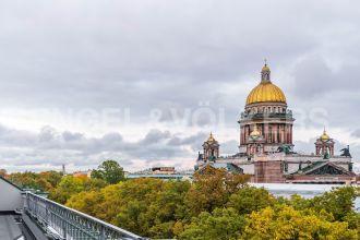 «Монферран» — фасадная терраса и вид на Исаакиевский собор