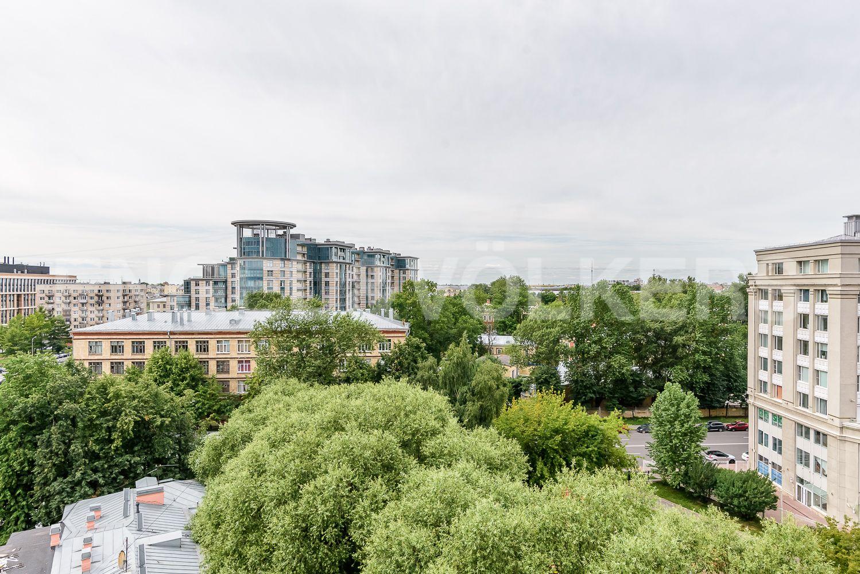 Элитные квартиры в Центральном районе. Санкт-Петербург, ул. Кирочная, 70. Вид из гостиной