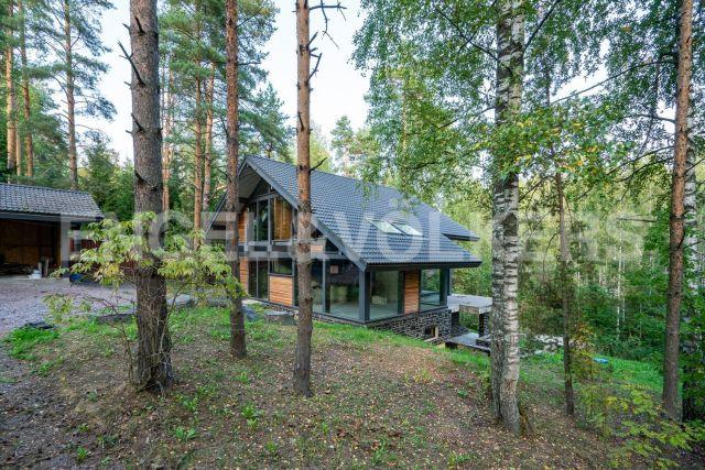 п. Воейково – стильный дом с панорамным остеклением в окружении леса