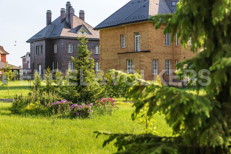 Вид на дома в поселке