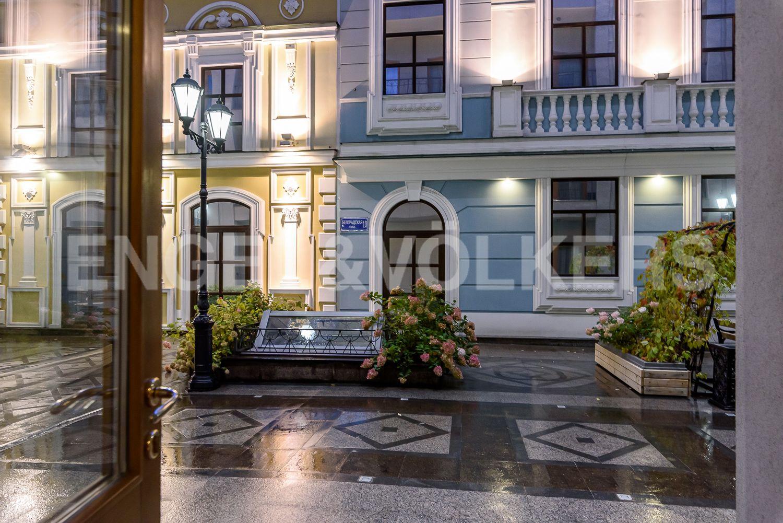 Элитные квартиры в Центральном районе. Санкт-Петербург, Конногвардейский бульвар, д.5. Выход на придомовую территорию комплекса с декором классических фальш-фасадов