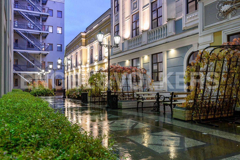Элитные квартиры в Центральном районе. Санкт-Петербург, Конногвардейский бульвар, д.5. Беседки для отдыха на придомовой территории