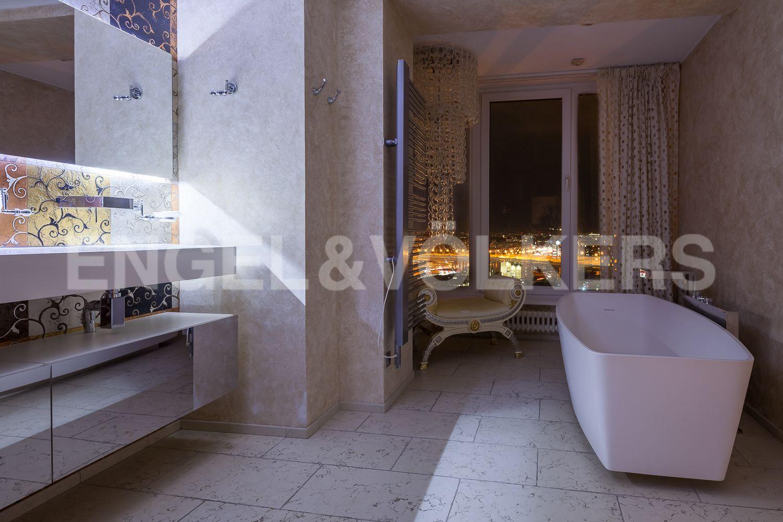 Элитные квартиры в Приморском районе. Санкт-Петербург, Приморский пр., д. 137. Вечерний вид из окон ванной комнаты