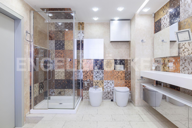 Элитные квартиры в Приморском районе. Санкт-Петербург, Приморский пр., д.137. Ванная комната при мастер-спальне