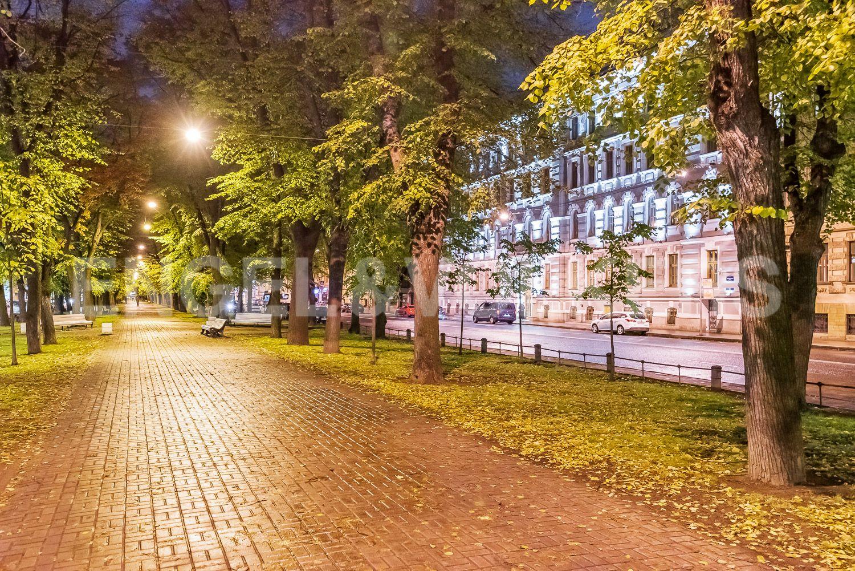 Элитные квартиры в Центральном районе. Санкт-Петербург, Конногвардейский бульвар, д.5. Зеленый прогулочный променад Конногвардейского бульвара перед домом