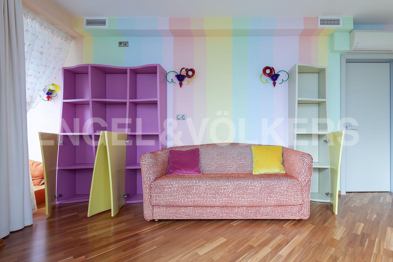 Элитные квартиры в Приморском районе. Санкт-Петербург, Приморский пр., д. 137. Детская комната с авторской дизайнерской мебелью