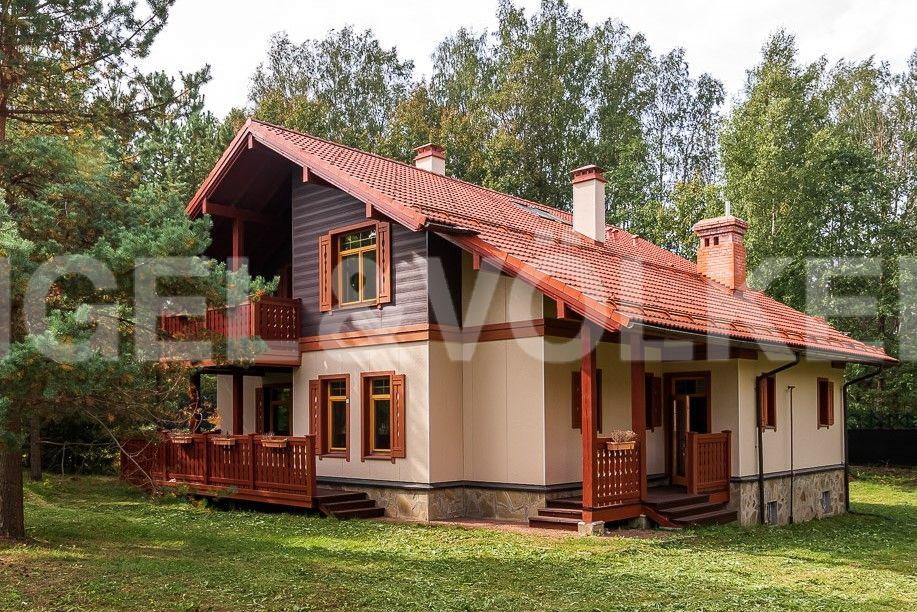 Вид на дом с угла участка