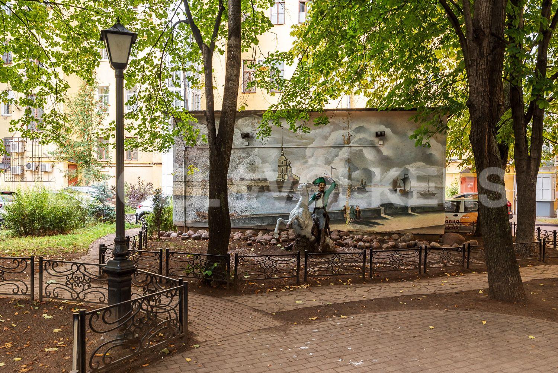 Элитные квартиры в Центральном районе. Санкт-Петербург, ул. Марата, д. 2/73-75, лит. А. Малые скульптурные формы во дворе дома
