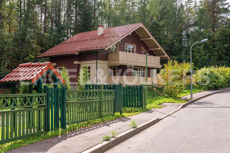 Вид на дом с прилегающей территории