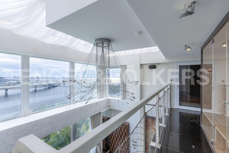 Элитные квартиры в Приморском районе. Санкт-Петербург, Приморский пр., д.137. Галерея второго уровня с панорамным видом