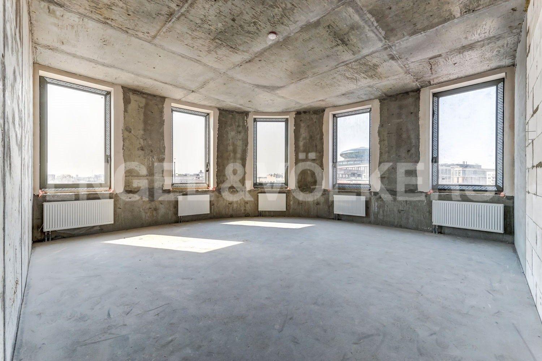 Элитные квартиры в Центральном районе. Санкт-Петербург, ул. Кирочная, 70. Гостинная с 5 окнами